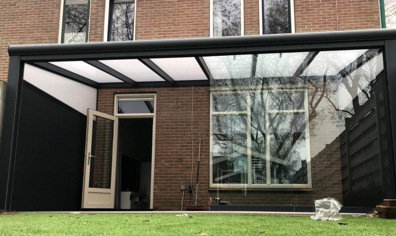 Zwarte aluminium veranda